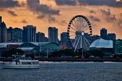 Tourismusstandort des Marine-Piers in Chicago entlang Michigansee, wenn das Ausflugboot in Vordergrund überschreitet Lizenzfreie Stockfotos