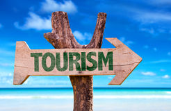 Tourismuszeichen mit einem Strand auf Hintergrund Stockbilder