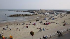 Tourisst i gościa Lyme Regis plaża Dorset Anglia UK w Lyme Trzymać na dystans zbiory wideo