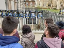 Tourist's som ser plakat av regeringpartimedlemmar under den Brexit krisen royaltyfri fotografi