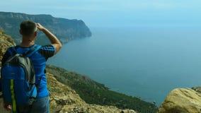 Tourist über dem Meer stock footage