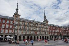 Tourist auf Bürgermeisterquadrat ` Piazza-Bürgermeister ` in der historischen Mitte von Madrid an einem bewölkten Sommertag lizenzfreies stockbild