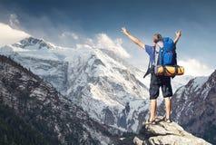 Tourist auf Bergspitze lizenzfreie stockfotografie