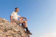 Tourist auf dem Felsen Lizenzfreies Stockfoto