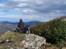 Tourist auf dem Gipfel Stockfotografie