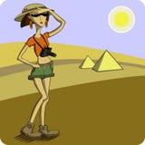 Tourist auf dem Hintergrund der Wüste und des pyrami Lizenzfreies Stockbild