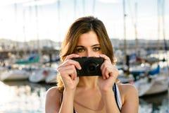 Tourist auf dem Machen des Fotos durch den Hafen Stockfotos