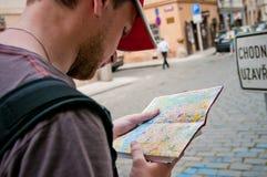Tourist auf der Straße, die Karte betrachtet Lizenzfreie Stockfotografie