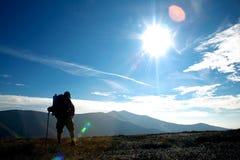 Tourist auf einem Hügel Stockbild