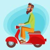 Tourist auf einem Roller, der die Straße hinuntergeht Lizenzfreies Stockfoto