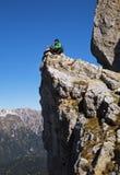 Tourist auf einer Klippe Stockfotografie