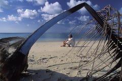 Tourist auf einsamem Strand, Tobago Stockbild