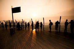 Tourist auf Oberdeck Marina Bay Sands lizenzfreie stockbilder