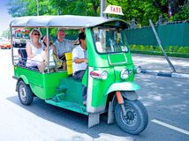 Tourist auf '' tuk tuks '' in Bangkok Lizenzfreies Stockbild