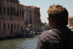 Tourist auf Venedig-Kanal Stockfotos