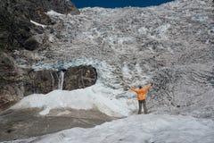 Tourist betrachtet icefall Lizenzfreies Stockbild