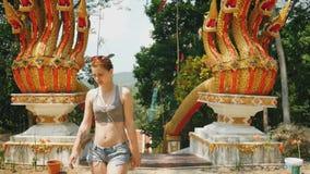 Tourist betritt den Azian-Tempel mit Drachen stock video