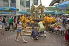 Tourist buddhist paying respect on Ratchaprasong Erawan shrine Royalty Free Stock Photography