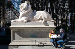 Tourist couple having breakfast on the steps of the New York Public Library Stock Photos