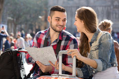 Tourist couple with map in the city Royalty Free Stock Images