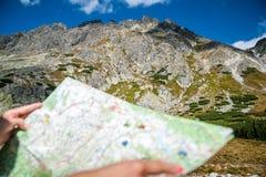 Tourist in den Bergen las die Karte Stockbilder