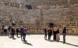 Tourist in den römischen Ruinen Stockbilder