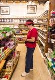 Tourist an den Speicher-Leseinformationen über Einzelteil Lizenzfreies Stockfoto