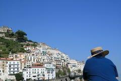 Tourist, der Amalfi-Panorama betrachtet Stockbilder