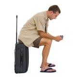 Tourist, der auf Beutel sitzt und Fotos überprüft Lizenzfreie Stockfotografie