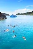 Tourist, der auf blauem klarem Wasser an KOHchang-Insel trat schnorchelt Stockbilder