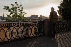 Tourist, der auf dem Maidan-Panorama schaut Lizenzfreies Stockbild
