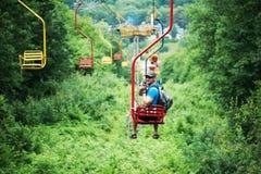 Tourist, der auf die Drahtseilbahn funikulär geht Lizenzfreie Stockbilder