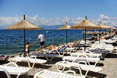 Tourist, der auf Ohrid Seeufer im Sommer ein Sonnenbad nimmt Lizenzfreies Stockbild