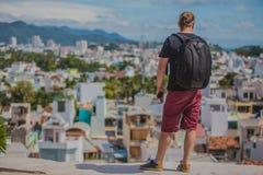 Tourist, der auf Panorama der Stadt aufpasst Lizenzfreie Stockfotografie