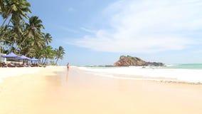 Tourist, der auf sandigen Strand geht stock footage