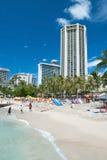 Tourist, der auf Waikiki-Strand auf Hawaii Oahu ein Sonnenbad nimmt und surft Lizenzfreies Stockbild