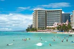 Tourist, der auf Waikiki-Strand auf Hawaii Oahu ein Sonnenbad nimmt und surft Lizenzfreie Stockbilder