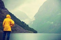 Tourist, der Berge und Fjord Norwegen, Skandinavien betrachtet stockfotografie