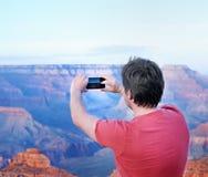 Tourist, der bewegliches Foto von berühmten Grand Canyon macht lizenzfreie stockfotos
