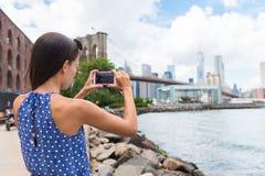 Tourist, der bewegliches Foto von New- Yorkskylinen macht Lizenzfreie Stockfotos