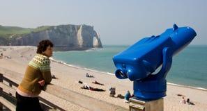 Tourist, der das Meer überwacht Lizenzfreies Stockbild