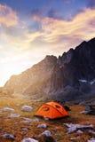 Tourist, der in den Bergen kampiert Stockbilder