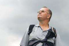 Tourist, der den dunklen Himmel betrachtet Stockbild
