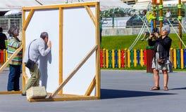 Tourist, der an der Fototafel, Espinho, Portugal aufwirft Lizenzfreie Stockfotos