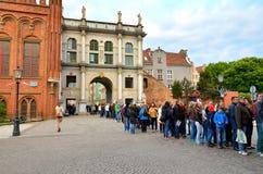 Tourist, der in der Linie auf der Straße öffnendes Museum in der alten Stadt in Gdansk, Polen wartet Lizenzfreie Stockbilder