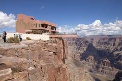 Tourist, der die Ansicht der Westkante Grand Canyon s vom Skywalk genießt Lizenzfreie Stockfotos