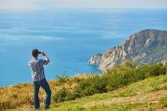Tourist, der die Ansicht von Cinque Terre-Küste, Italien genießt Lizenzfreies Stockbild