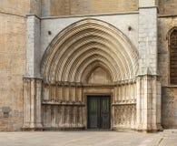 Tourist, der die gotische Säulenhalle in der Südfassade besichtigt Stockfotografie