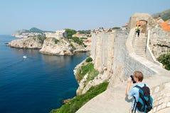 Tourist, der die Küste von Dubrovnik fotografiert Stockbild