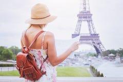 Tourist, der die Karte der Stadt Paris nahe Eiffelturm betrachtet stockfoto